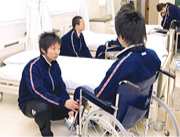 「介護の基本Ⅰ・Ⅱ」「生活支援技術Ⅲ・Ⅳ」 介護のあり方や技術を学ぶ
